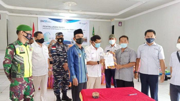 BANTUAN - PT Timah Tbk menyerahkan bantuan program kemitraan kepada pelaku UKM di Kecamatan Rangsang baru-baru ini