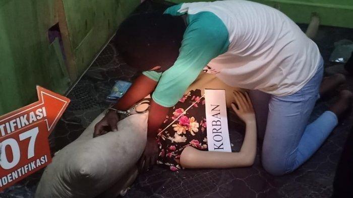 Pelaku pembunuhan sadis siswi SMP Tanjungbalai memeragakan pembekapan terhadap korban dalam prarekonstruksi di kediaman korban, Kecamatan Sei Tualang Raso, Kota Tanjung Balai, Minggu (8/3/2020).