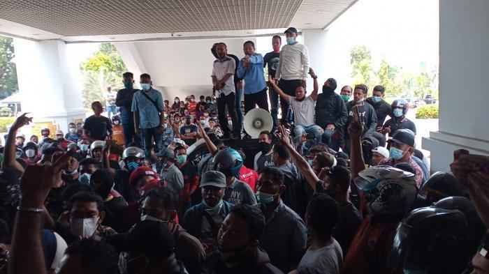 Massa mendatangi gedung DPRD Batam dan menuntut untuk bertemu Ketua DPRD Batam dan anggota dewan lainnya, Selasa (9/3/2021)