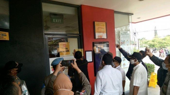 Satpol PP Kota Bandung segel McD karena melanggar protokol kesehatan.