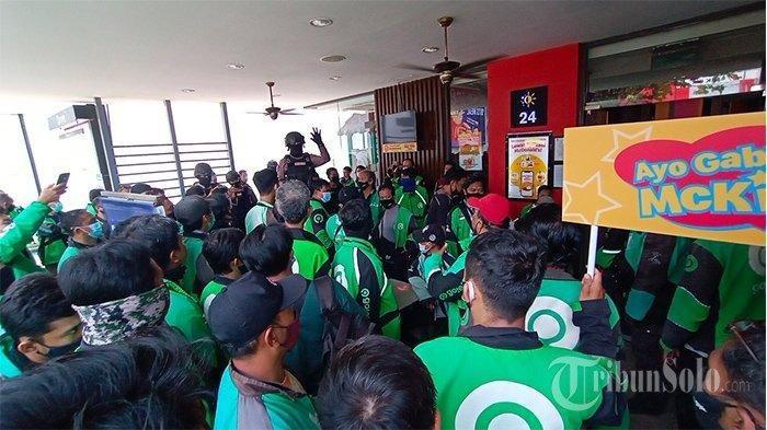 Kondisi McDonald's Solo yang dipadati ojol di Jalan Slamet Riyadi Solo karena ada promo Limited Time Collab The BTS Meal, Rabu (9/6/2021).