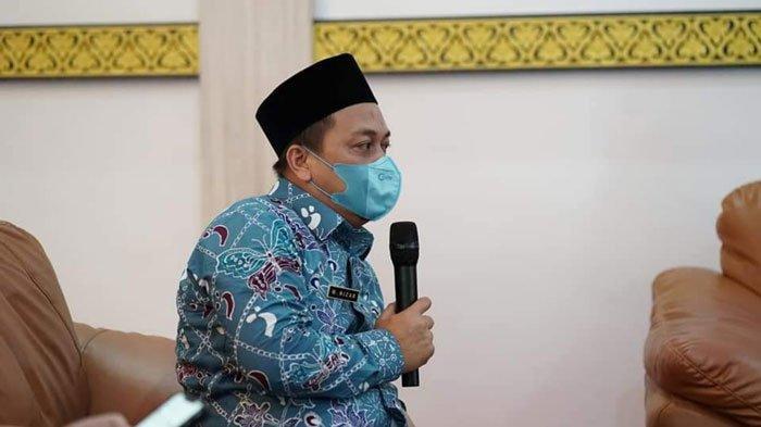 Bupati Lingga, Muhammad Nizar saat memimpin rapat evaluasi penanganan Covid-19 di Gedung Daerah Daik, Kecamatan Lingga, Kamis (8/7/2021)