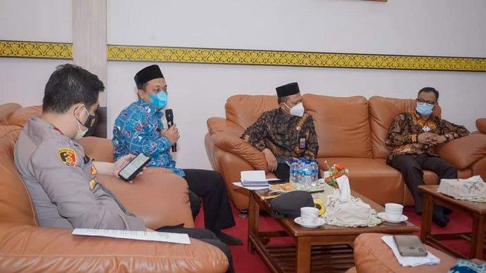 Bupati Lingga, Muhammad Nizar saat menyampaikan pembicaraan dalam rapat evaluasi penanganan Covid-19, Kamis (8/7/2021)