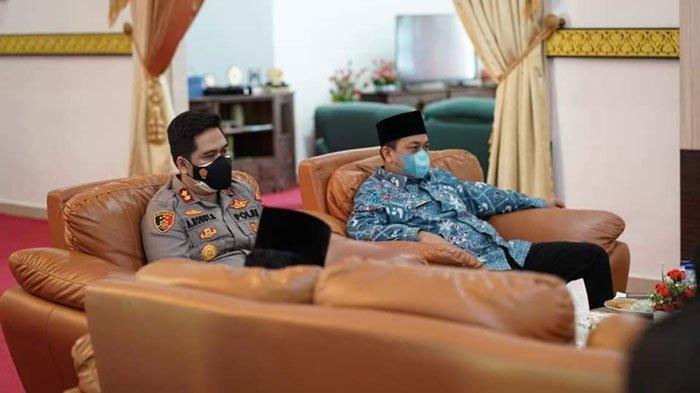 Bupati Lingga, Muhammad Nizar dan Kapolres Lingga, AKBP Arief Robby Rachman saat menghadiri rapat evaluasi penanganan Covid-19, Kamis (8/7/2021)