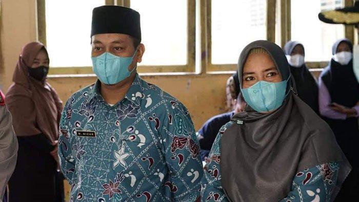Bupati Lingga, Muhammad Nizar dan istri selaku ketua TP PKK Kabupaten Lingga, Maratusholiha