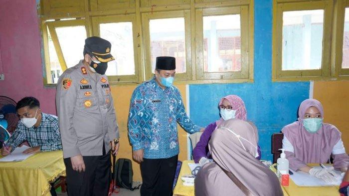 Bupati Lingga, Muhammad Nizar dan Kapolres Lingga, AKBP Arief Robby Rachman memantau vaksinasi di lokasi SMPN 1 Lingga, Kamis (8/7/2021)