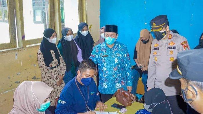 Bupati Lingga Muhammad Nizar saat melihat antusiasme masyarakat yang disuntik vaksin, Kamis (8/7/2021)