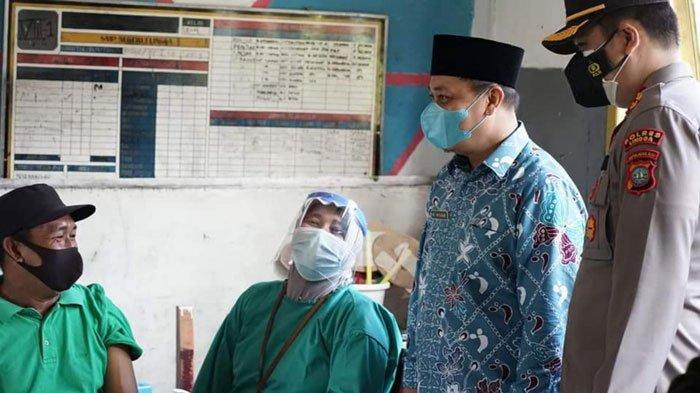 Bupati Lingga, Muhammad Nizar menyapa warga yang akan disuntik vaksin covid-19, Kamis (8/7/2021)