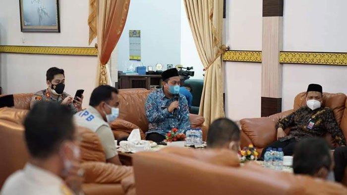 Suasana jalannya rapat evaluasi penanganan Covid-19 di Gedung Daerah Daik, Kecamatan Lingga, Kamis (8/7/2021)