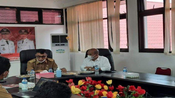 Bupati Natuna Wan Siswandi melaporkan kesiapan pencanangan vaksinasi corona dosis bagi nakes Natuna kepada Gubernur Kepri Ansar Ahmad secara virtual, Senin (9/8/2021)