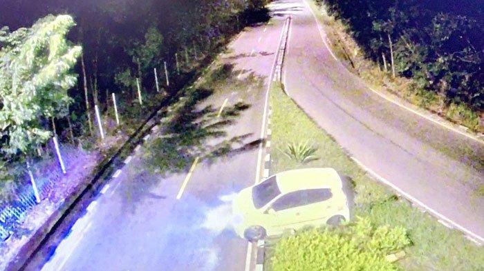 TEREKAM CCTv Pemko, Sebuah Mobil Alami Kecelakaan di Sei Ladi Batam
