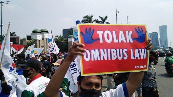 Buruh yang tergabung dalam Konfederasi Serikat Pekerja Indonesia (KSPI) akan melakukan aksi demonstrasi menolak Omnibus Law RUU Cipta Kerja di depan gedung DPR, Jakarta, Rabu (29/7/2020).