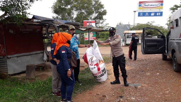 PENERTIBAN - Penertiban spanduk calon kepala daerah di Kecamatan Sagulung Batam melibatkan Bawaslu Batam, Satpol PP dan pihak kepolisian, Jumat (9/10/2020)