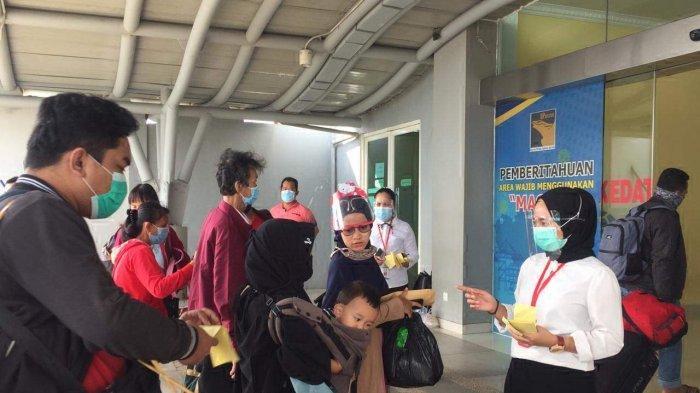 ZONE MARAH COVID-19 - Sembilan kecamatan di Batam zona merah Covid-19. Tampak penumpang di Pelabuhan domestik Sekupang Batam menerapkan protokol kesehatan. Foto ilustrasi.