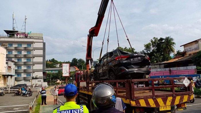 BREAKING NEWS - Sebuah Mobil Terios Hitam Ringsek Setelah Terguling di Nagoya Batam