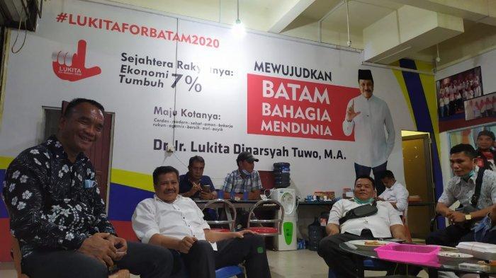 Sambil menunggu hitung cepat (quick count) tim, Lukita Dinarsyah Tuwo memilih untuk menghabiskan waktu di Rumah Pemenangan Relawan Luar Biasa, Rabu (9/12/2020) malam