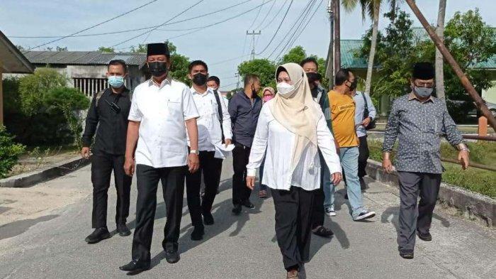 PILKADA KEPRI - ICalon Gubernur Kepri sdianto di dampingi istri Ros Meri menyalurkan hak pilih di TPS 02 Kampung Sidorejo, Kelurahan Lubuksemut, Kecamatan Karimun.