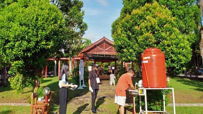 Penerapan protokol kesehatan di TPS 4 Perumahan Duta Mas dekat Punggowo Gate, Kelurahan Baloi Permai, Kecamatan Batam Kota, Batam.