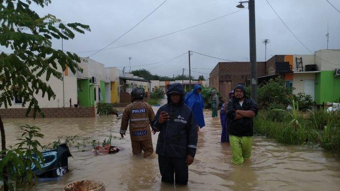 Sat Brimob Polda Kepri disiagakan guna membantu warga masyarakat yang berada di wilayah atau lokasi rawan banjir.
