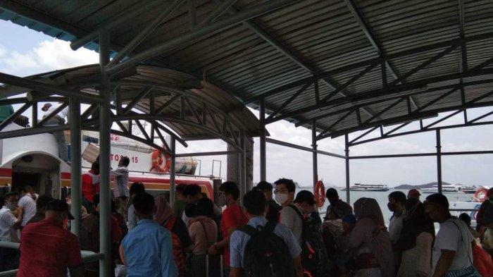 H-2 jelang perayaan Hari Raya Imlek jumlah kunjungan penumpang di Pelabuhan Ferry Domestik Sekupang, Batam meroket.