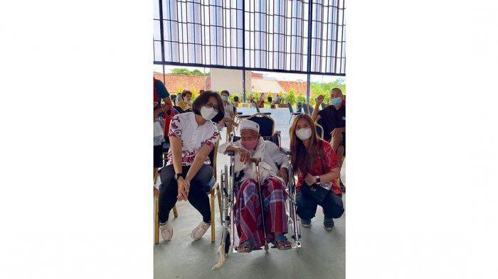 Seorang kakek berumur 102 tahun (tengah) saat ikut vaksinasi corona di Golden Prawn, Bengkong Laut, belum lama ini