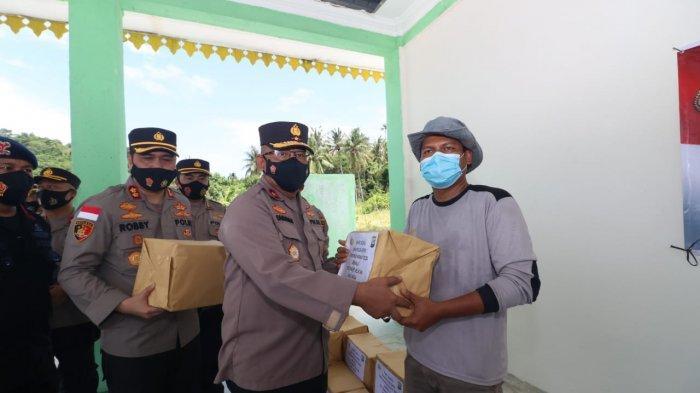 Wakapolda Kepri, Brigjen Pol Darmawan saat menyerahkan paket sembako kepada warga di Desa Berhala, Kecamatan Singkep Selatan, Kabupaten Lingga, Provinsi Kepri, Sabtu (10/4/2021)