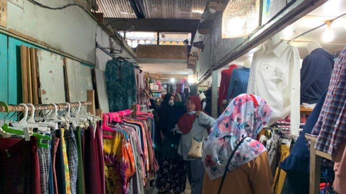 Foto pengunjung dari berbagai pulau datang ke Pasar Inpres Tarempa Anambas untuk berbelanja kebutuhan jelang lebaran, Senin (10/5/2021)