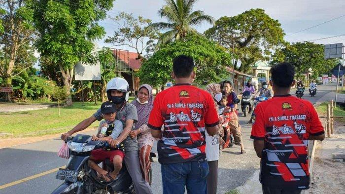 Komunitas SAC Dabo Singkep bagikan takjil kepada pengendara di Jalan Pahlawan, Dabo Singkep, Kabupaten Lingga, Minggu (9/5/2021) sore