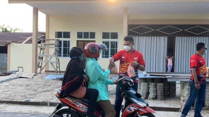 Jelang Lebaran Komunitas Motor Trail SAC Lingga Bagikan Ratusan Takjil di Jalan Pahlawan