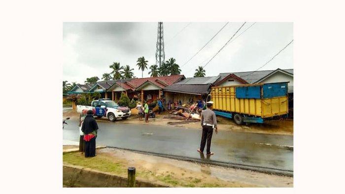 Kecelakaan di Lingga - Salah Injak Pedal Gas, Sopir Truk Tabrak Ruko di Daik