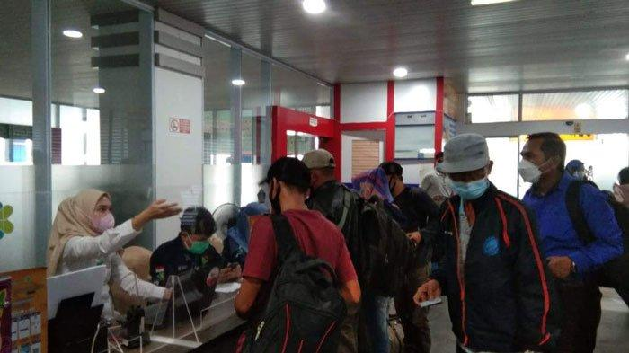 Suasana saat penumpang yang tiba di Pelabuhan SBP Tanjungpinang diminta untuk mengisi e-HAC oleh petugas, Sabtu (10/7/2021)
