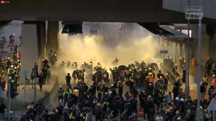 Demo Hong Kong, Duduk Diam di Bandara, Bentrok Lagi di Pusat Kota