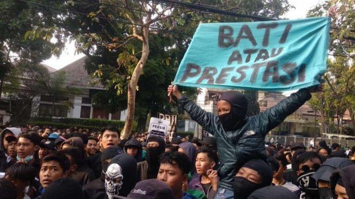 Gelar Aksi Demo di Graha Persib, Bobotoh Tuntut Robert Rene Alberts Mundur