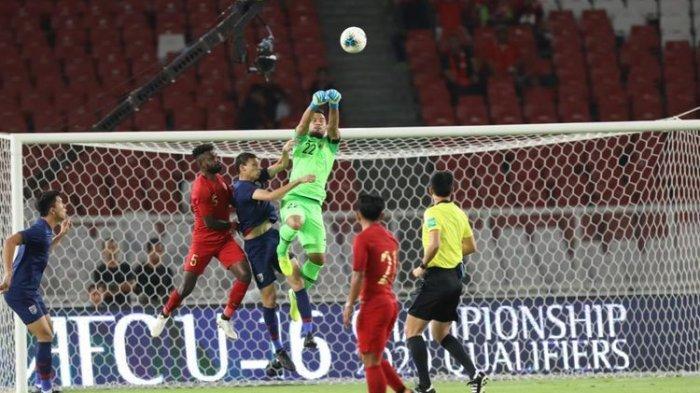 Kiper Timnas Indonesia, Andritany, dalam laga kualifikasi Piala Dunia 2022 melawan Thailand di Stadion Utama Gelora Bung Karno, Selasa (10/9/2019).