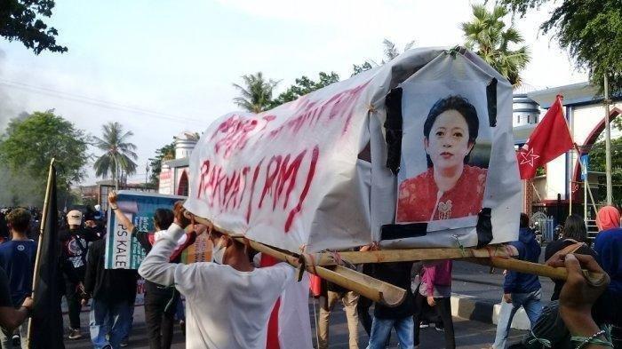 Keranda bergambar Ketua DPR RI Puan Maharani diarak pengunjukrasa Tolak Omnibus Law di Kota Makassar, Sulawesi Selatan, Kamis (8/10/2020) sore.