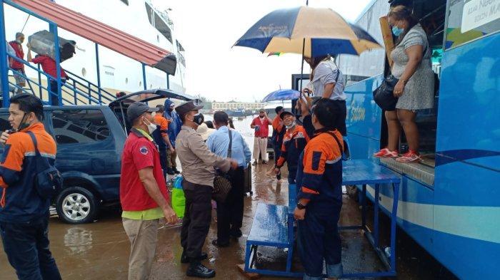 ABAIKAN Hujan Lebat, 653 Penumpang Tetap Semangat Antre Masuki Kapal KM Kelud