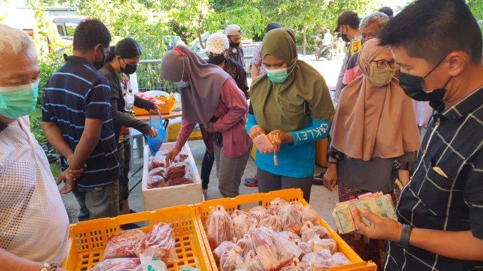 JELANG LEBARAN - Suasana pasar khusus daging dan gas elpiji di Batam menjelang Lebaran