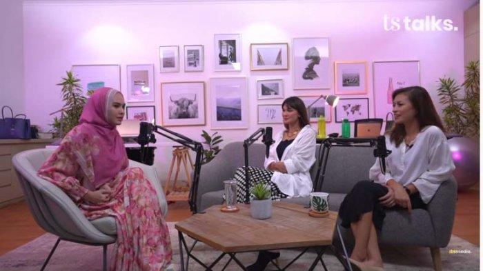 Luna Maya dan Marianne Rumantir mewawancara Kartika Putri dalam TS Talks yang diunggah di channel Youtube TS Media