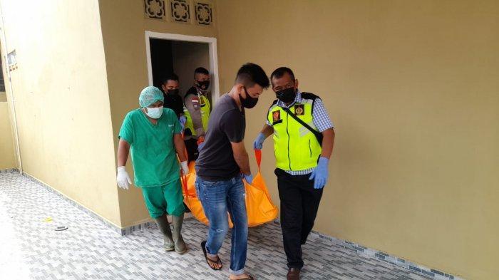 Personel Polsek Bintan Utara mengevakuasi korban di Perumahan Citra Onyx, Kelurahan Tanjunguban Selatan, Kecamatan Bintan Utara, Jumat (11/6/2021)