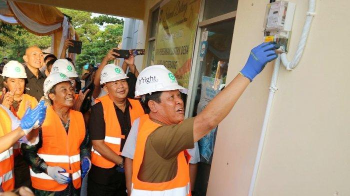 Plt Gubernur Kepri, Isdianto saat meninjau salah satu meteran pelanggan PLN beberapa waktu lalu. Isdianto mengingatkan komitmen PLN untuk tetap memberikan pelayanan terbaik kepada pelanggan