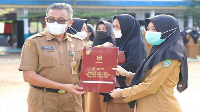 164 Guru di Batam Dapat Tanda Penghormatan Satya Lencana Karya Satya dari Jokowi