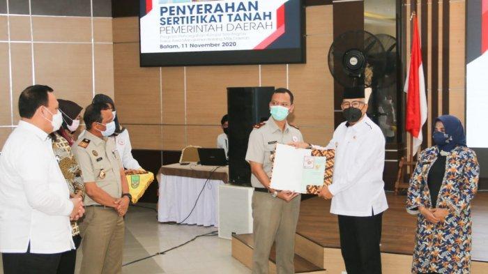 SERTIFIKAT TANAH - Penjabat Sementara (Pjs) Wali Kota Batam Syamsul Bahrum menerima sertifikat tanah milik Pemerintah Kota (Pemko) Batam dari Badan Pertanahan Nasional (BPN)