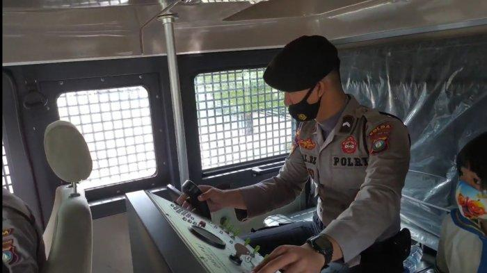 BEGINI Kondisi di Dalam Mobil Water Canon saat Semprotkan Disinfektan di Batam