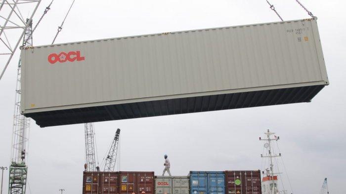 Bongkar logistik peti kemas di kawasan industri Pelabuhan Batu Ampar, Batam, beberapa waktu lalu