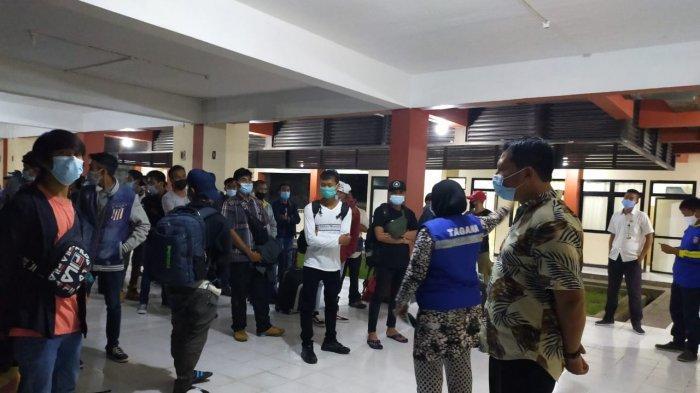 Pekerja Migran Indonesia (PMI) alias TKI memasuki Rusun untuk menjalani karantina, baru-baru ini