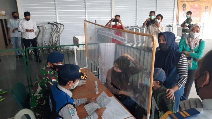 PELABUHAN SRI BINTAN PURA - Ibu berjilbab biru dongker sedang berdebat dengan petugas di Pelabuhan Sri Bintan Pura (SBP) Tanjungpinang, Rabu (12/5/2021)