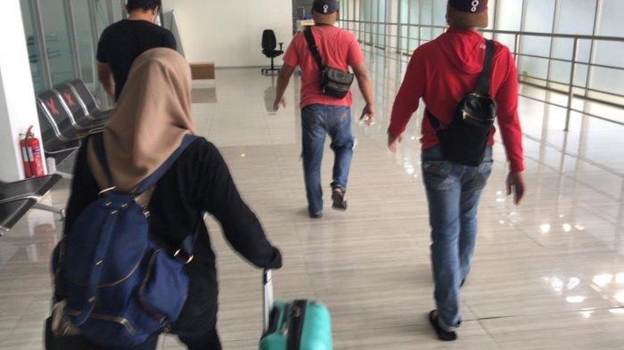 PMI berinisial OD (memakai jilbab) saat ditangkap pihak kepolisian di Pelabuhan Harbour Bay Batam, Senin (10/5/2021). OD kedapatan memakai surat rapid test palsu yang diterbitkan oleh RS Awal Bros Pekanbaru