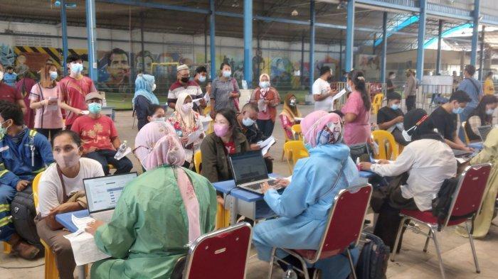 LIBUR Kerja, Warga Padati Area Vaksinasi Massal Polresta Barelang di Sagulung