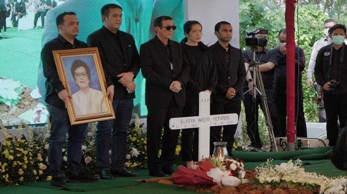 Pemakaman almarhum Elisye Widya Kateren, istri Menkumham Yasonna Laoly, diwarnai isak tangis sejumlah anggota keluarga