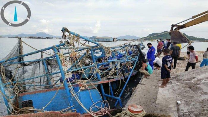 Foto evakuasi kapal yang ditemukan nelayan Sedanau pada Senin (9/8/2021)